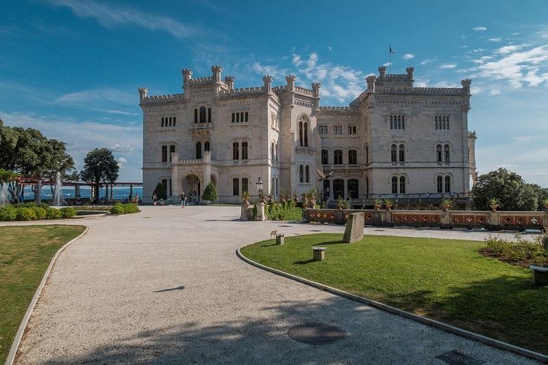 Castello di Miramare rimane ancora una delle destinazioni chiave di Trieste affollata da turisti